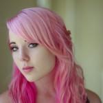 ピンクの髪をしたモデル