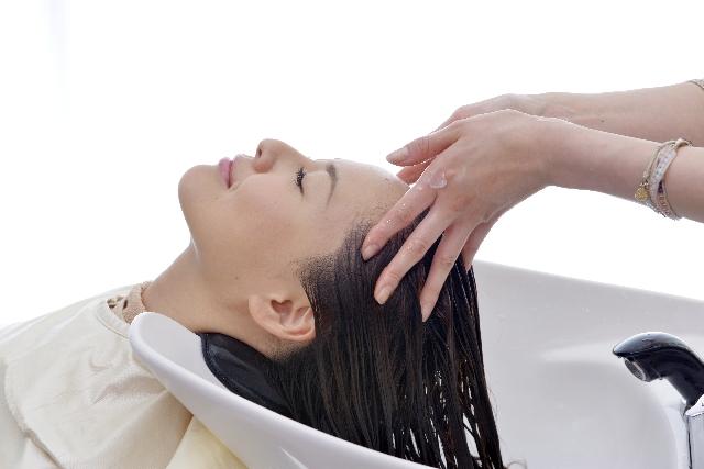 頭皮マッサージをしている女性
