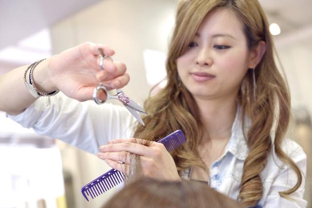髪をカットしている美容師