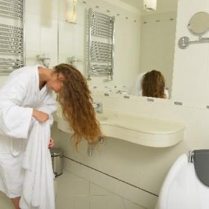 髪をタオルで乾かしている女性