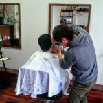 お客さんをカットしている美容師
