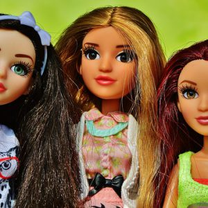 カラフルな髪の色をした人形