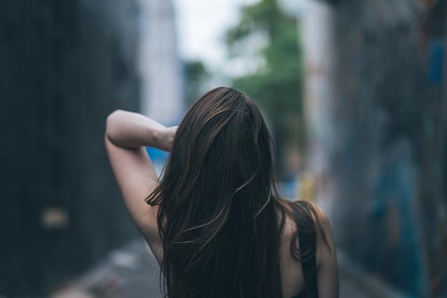 髪がきれいな女性の後姿