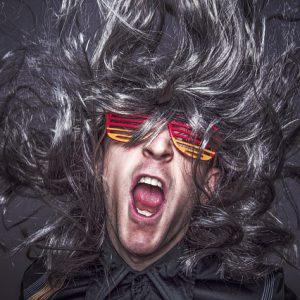 くせ毛で爆発している男性