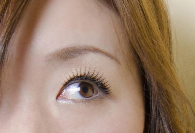 まゆ毛をカラーで明るくする場合の注意点とは?